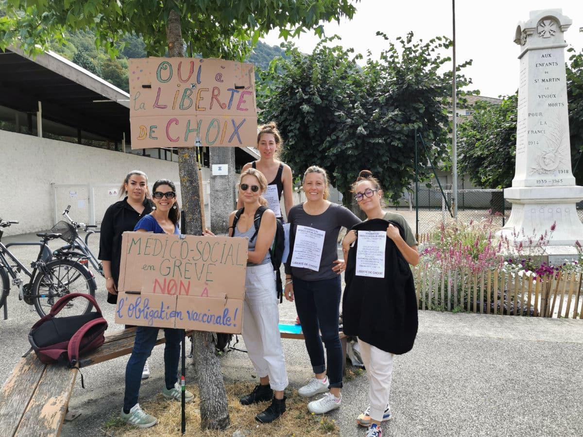 Des éducatrices de l'association Sainte-Agnès de Saint-Martin-le-Vinoux étaient en grève contre le passe sanitaire et l'obligation vaccinale ce mardi 31 août 2021. © Joël Kermabon - Place Gre'net