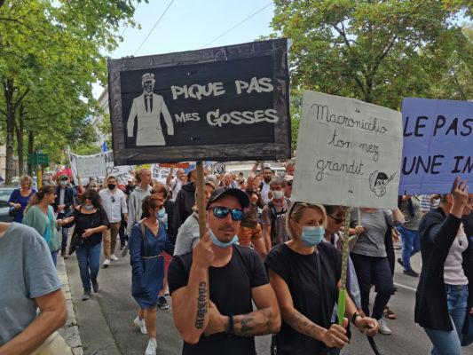 Des manifestants s'inquiètent d'une éventuelle vaccination des enfants. © Joël Kermabon - Place Gre'net