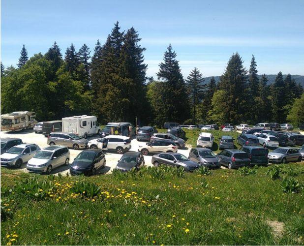 Le parking de la Molière, site fréquemment (sur)fréquenté par les voitures © Parc naturel régional du Vercors