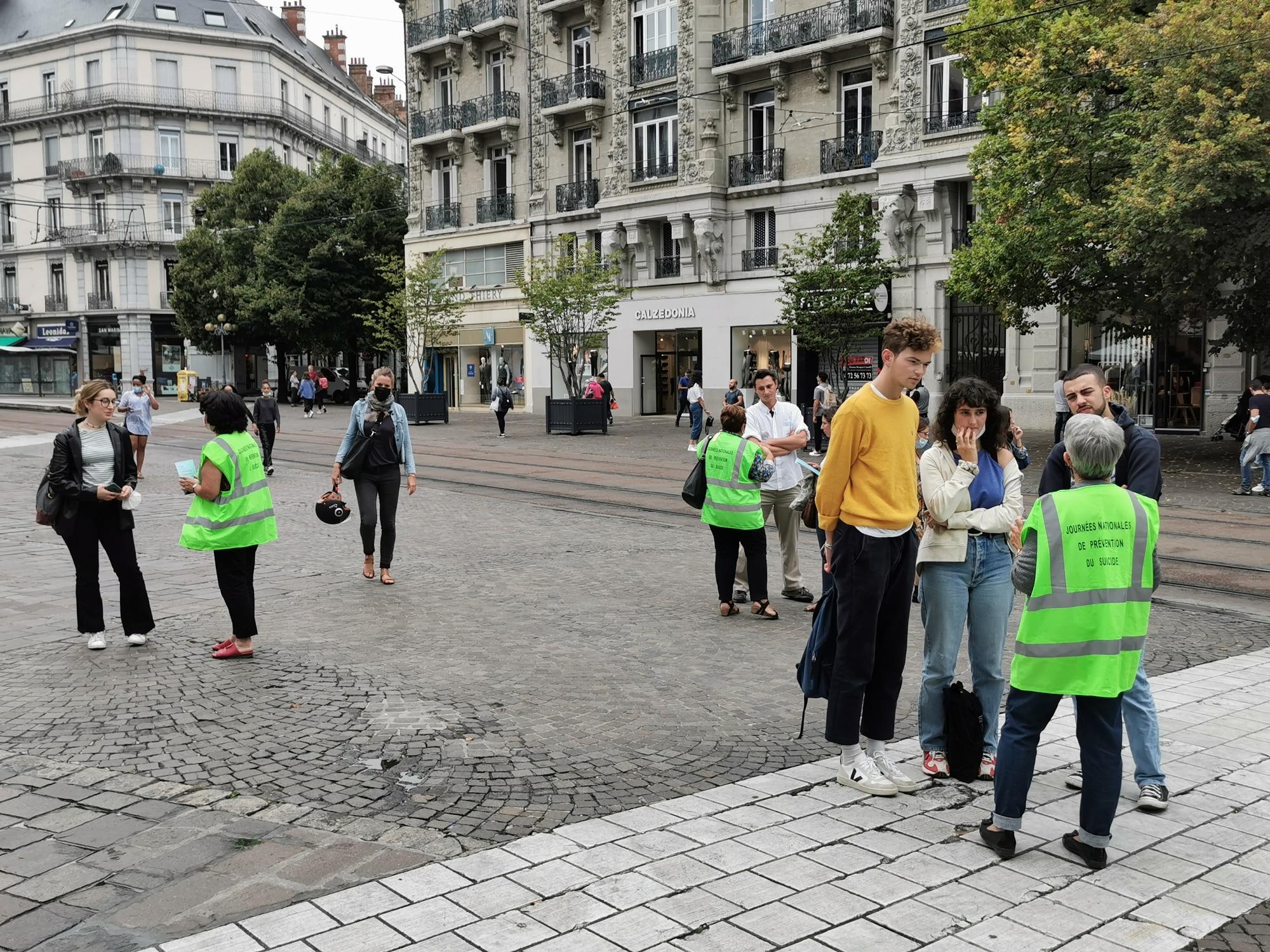 Des membres d'associations faisant partie du Collectif isérois pour la prévention du suicide à la rencontre des passants ce vendredi 10 septembre 2020, rue Félix-Poulat. © Joël Kermabon - Place Gre'net