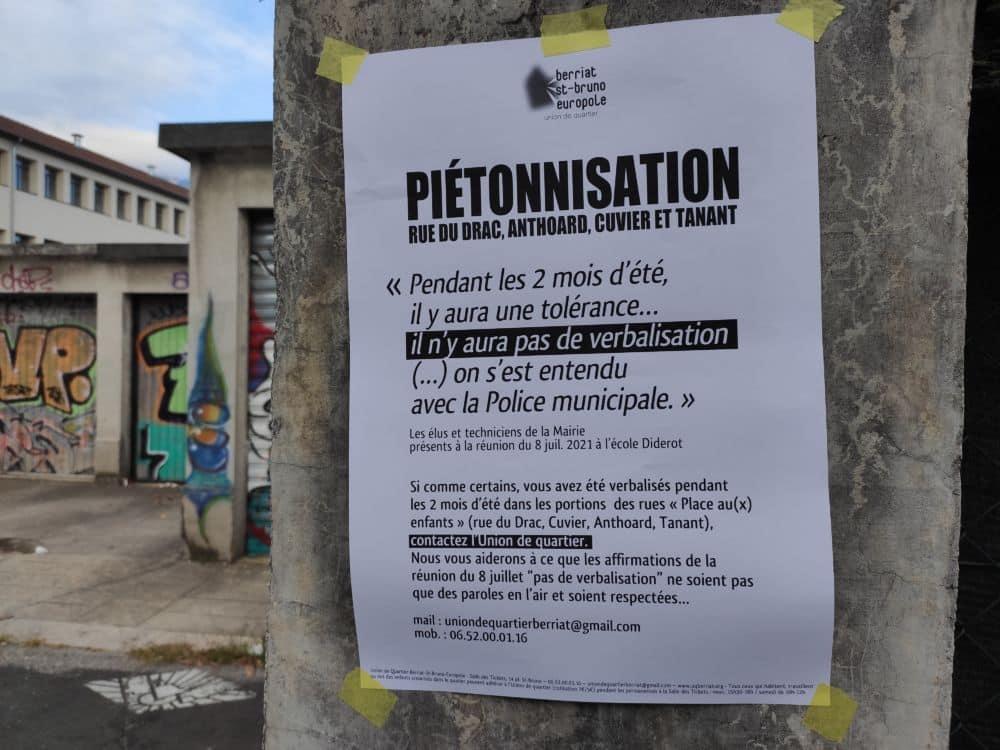 Via des affichettes (ici rue du Drac), l'Union de quartier invite les automobilistes verbalisés durant l'été à se signaler © Florent Mathieu - Place Gre'net