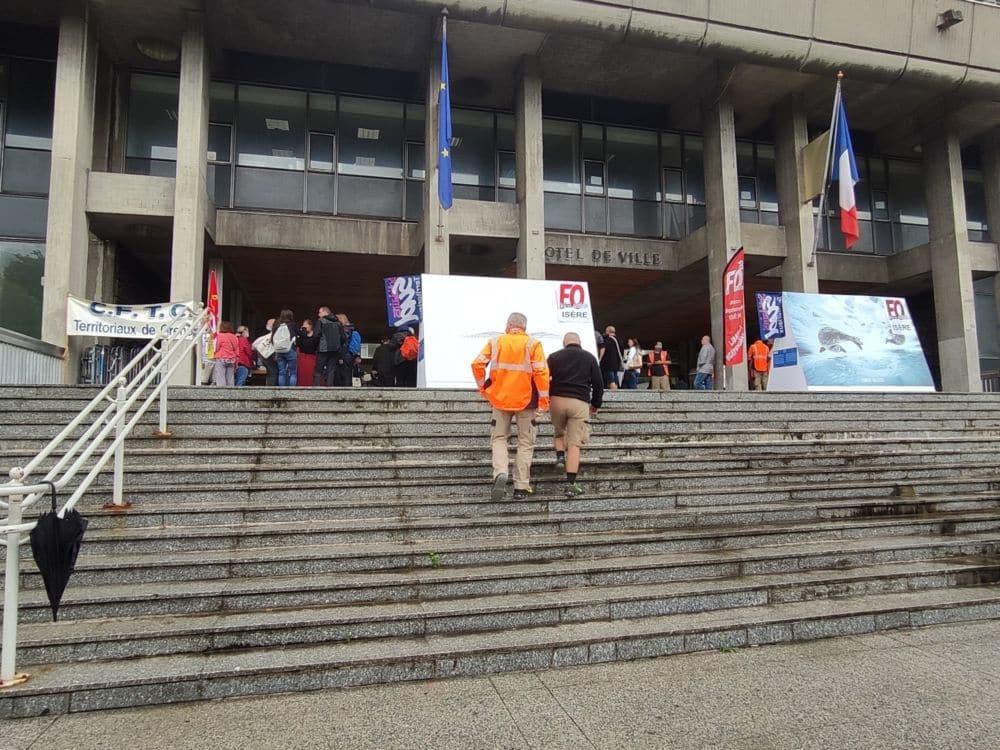 Les agents ont occupé le hall devant l'Hôtel de Ville pour leur assemblée générale © Florent Mathieu - Place Gre'net