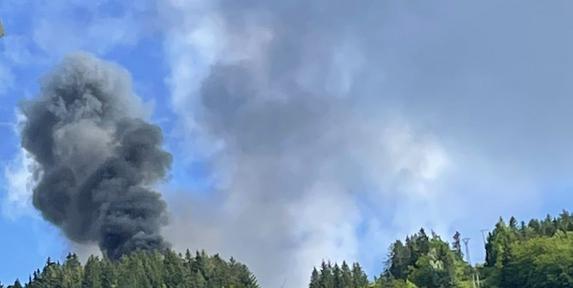 Fumée noire suite au crash d'un hélicoptère de la Sécurité Civile à Villard-de-Lans le dimanche 12 septembre 2021. Source : compte Twitter de Gilles Toureng - tous droits réservés