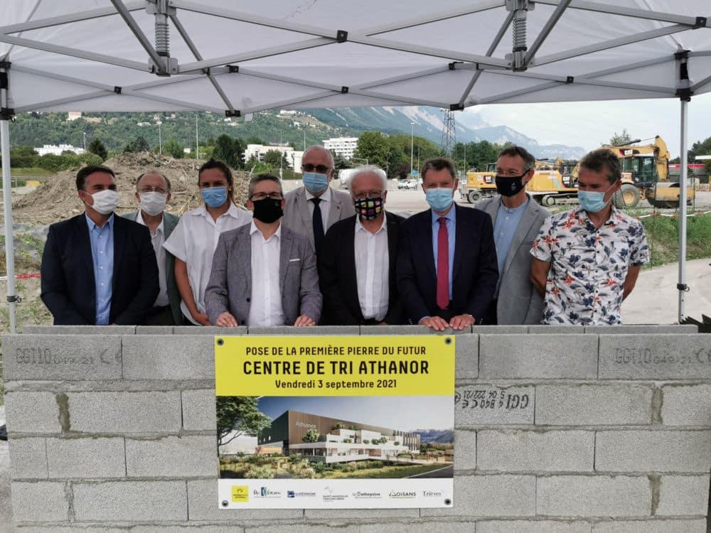 Les représentants des sept intercommunalités ont posé la première pierre du futur site de tri des déchets Athanor. © Joël Kermabon - Place Gre'net