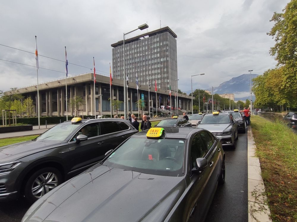Les taxis ont de nouveau défilé et stationné devant l'Hôtel de Ville de Grenoble jeudi 16 septembre © Florent Mathieu - Place Gre'net