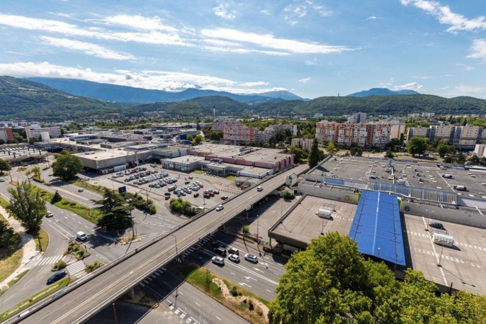 L'autopont Reynoard relie la rue Marie Reynoard à Grenoble et l'avenue Salvador Allende à Echirolles. Il sera démoli d'ici début 2022. Crédit Lucas Frangella, Grenoble-Alpes Métropole