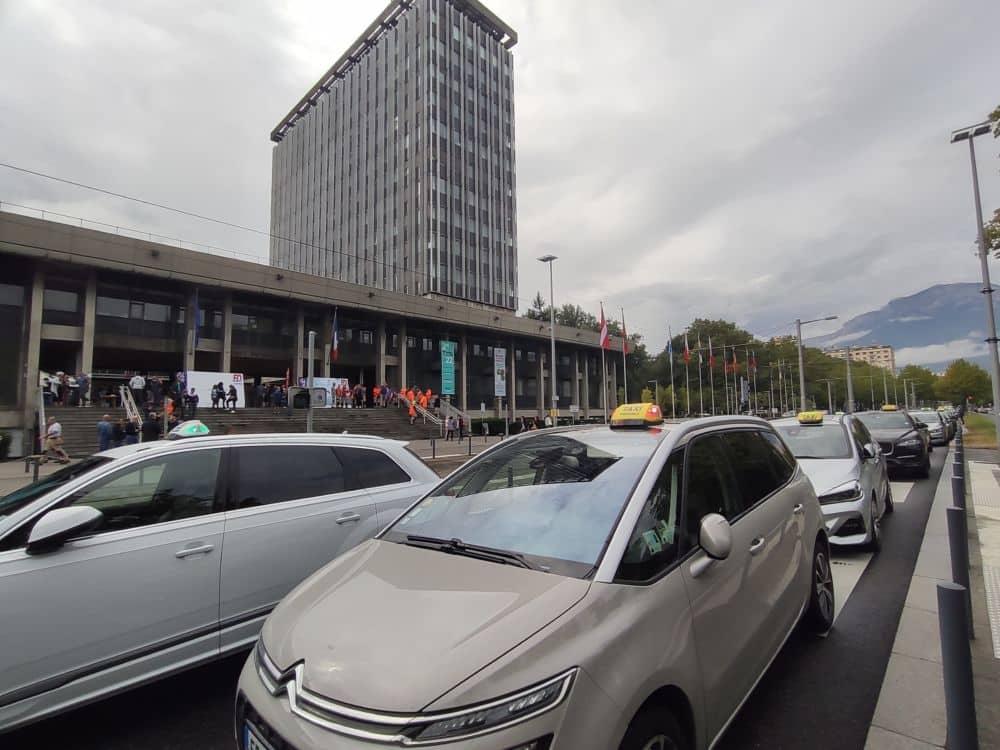 """Les taxis grenoblois """"rassurés"""" par les engagements de la Ville au sortir d'un (nouveau) rassemblement"""