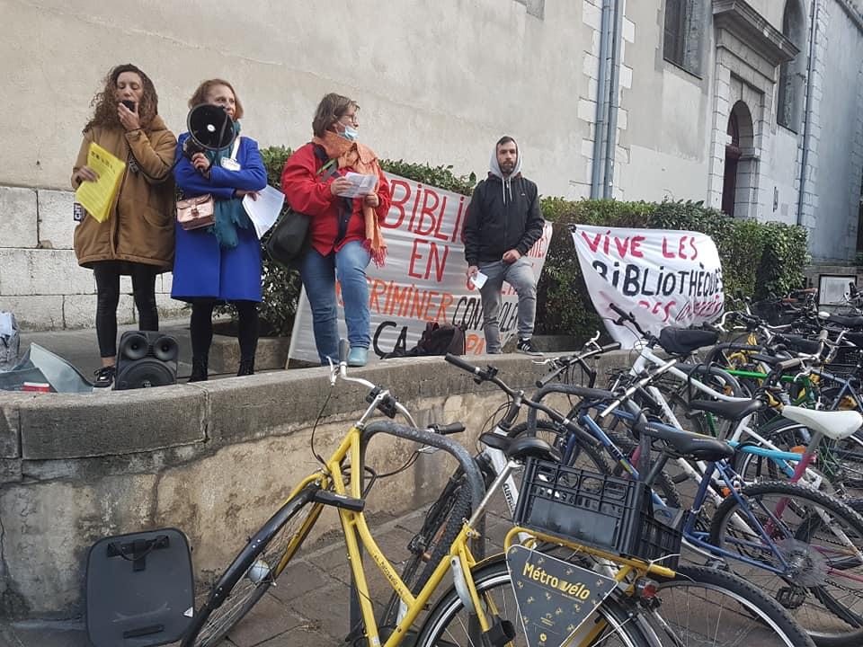 Deuxième journée de mobilisation du personnel des bibliothèques contre le contrôle du passe sanitaire, lors du rassemblement place Félix Poulat à Grenoble, mercredi 13 octobre 2021 © Séverine Cattiaux - Place Gre'net