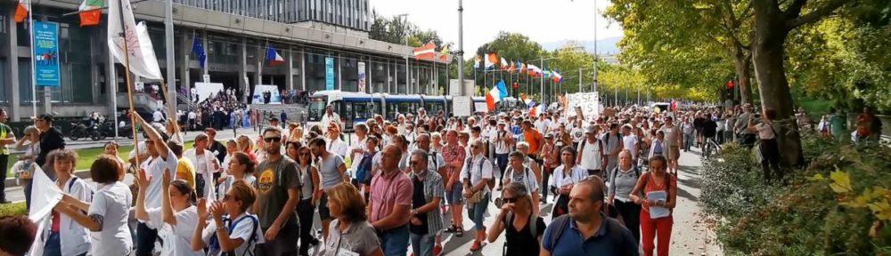 Une manifestation réunissant de 800 et 1 000 personnes a eu lieu à Grenoble contre le passe sanitaire ce samedi 2 octobre 2021. © Joël Kermabon - Place Gre'net