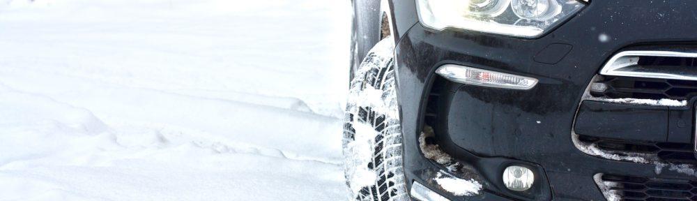 A partir du 1er novembre 2021, les automobilistes devront s'équiper de pneus hiver ou de chaînes à neige pour circuler dans les zones montagneuses. @ Skica911 / Pixabay
