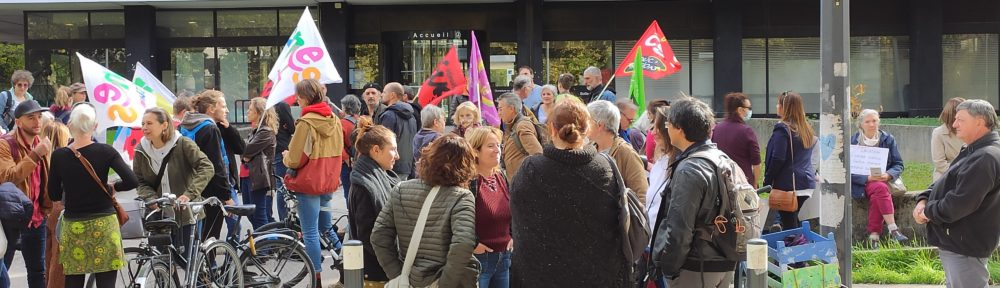 Des AESH rassemblés devant le Rectorat de Grenoble en écho à la manifestation parisienne du 19 octobre