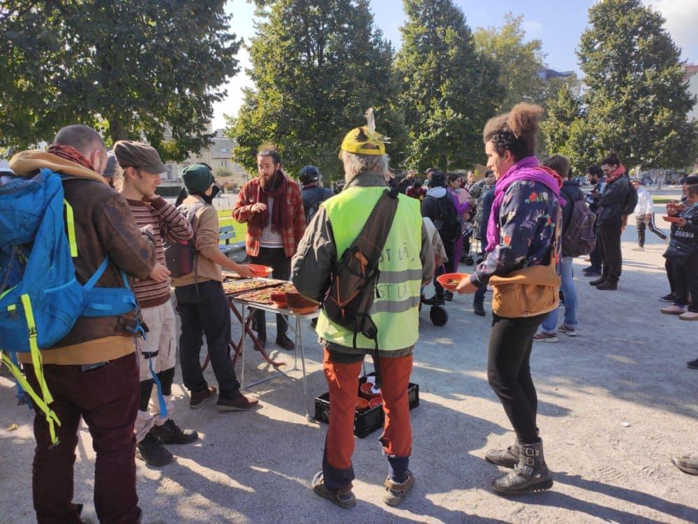Mal-logés : une soixantaine de manifestants réunis à l'appel du Dal 38. Une soixantaine de personnes se sont rassemblées place Verdun à Grenoble mardi 12 octobre à l'appel du DAL pour alerter sur les questions de mal-logement et d'hébergement. © Florent Mathieu - Place Gre'net