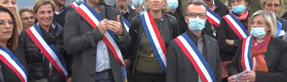 Franck Longo, maire de Fontaine, lors de sa prise de parole pendant le rassemblement contre la fermeture du pont Esclangon. © Joël Kermabon - Place Gre'net