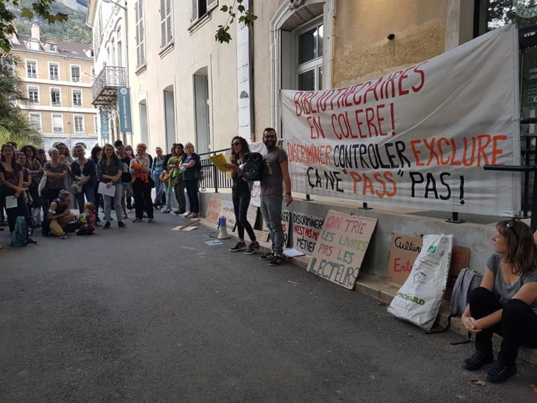 Rassemblement au jardin de ville devant la bibliothèque jeunesse de Grenoble, vendredi premier octobre 2021, pour la journée de mobilisation nationale contre le passe sanitaire dans les bibliothèques © Séverine Cattiaux - Place Gre'net