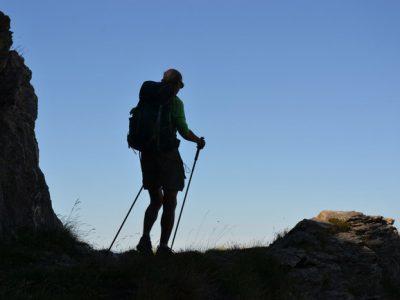 Randonneur senior en montagne. © André Weill