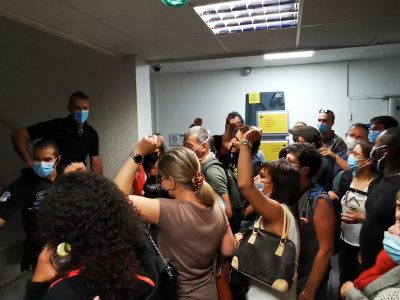 Des agents municipaux en grève tentent d'accéder à la salle du conseil municipal de Grenoble. © Joël Kermabon - Place Gre'net