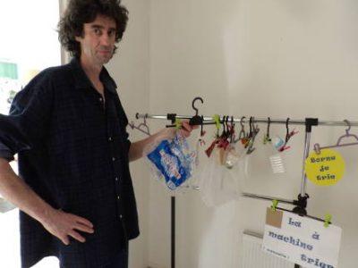 Eric Aufort, chargé de développement social et urbain à la SDH, anime à l'appartement pédagogique de l'Arlequin des ateliers pour sensibiliser les locataires aux éco-gestes.