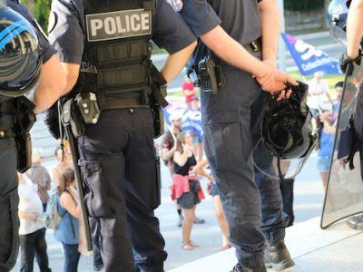 Conseil municipal à Grenoble placé sous surveillance policière renforcée lundi 18 juillet 2016. Le plan d'économies sur les services publics au coeur de la contestation.