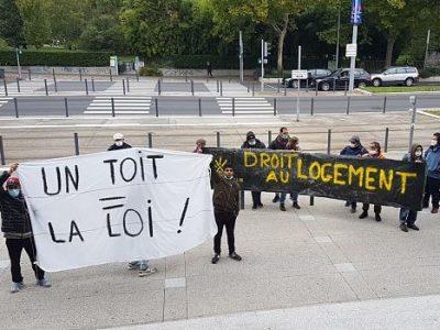 COUV Des militants du Dal et des demandeurs d'asile manifestent devant la mairie de Grenoble, vendredi 2 octobre 2020 © Séverine Cattiaux - Place Gre'net.