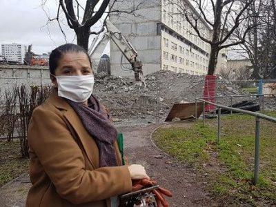 COUV Mimouna Moralent, fille d'un locataire de 85 ans locataire au Limousin, critique le manque de considération du bailleur SDH à l'égard des résidents du Limousin à Echirolles. Ces derniers subissent les effets collatéraux des démolitions en lien avec le projet de renouvellement urbain, janvier 2021. © Séverine Cattiaux - Place Gre'net