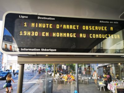 Anoonce de l'arrêt en hommage au chauffeur de Bus agressé à Bayonne. © Joël Kermabon - Place Gre'net