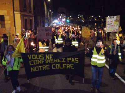 Pour le deuxième anniversaire du mouvement, les Gilets jaunes avaient décider de manifester aux flambeaux. © Joël Kermabon - Place Grenet