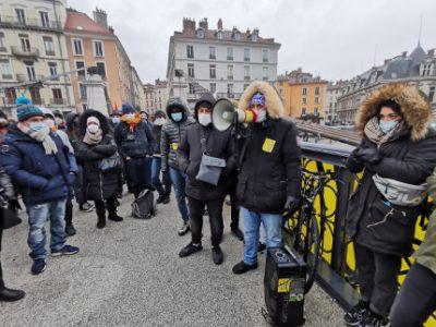 Rassemblement sur le pont Saint-Laurent en soutien aux occupants de l'Abbaye. © Joël Kermabon - Place Gre'net