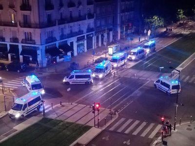 Nouveaux heurts avec la police sur le cours Jean-Jaurès à Grenoble: un jeune blessé par un tir de flash-ball