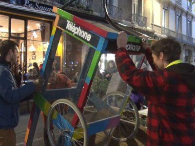 Action dans Grenoble pour la réinstallation des cabines téléphoniques.Installation éphémère d'une cabine téléphonique à Grenoble. © Joël Kermabon - Place Gre'net
