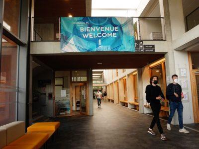 Couloirs de Sciences Po avec étudiants masqués. © Simon Marseille - Place Gre'net