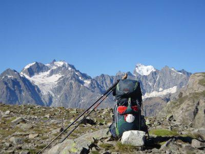 Bonheur de revenir chez soi. Col du Chardonnet et en arrière plan le massif des Ecrins. © André Weill