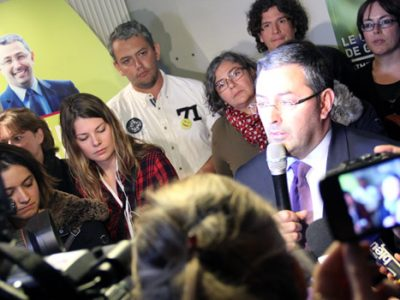 Jérôme Safar tête de liste d'Aimer Grenoble pour vous le soir du second tour des municipales 2014 dans son local de campagne entouré de militants et de médias.