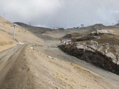 Aux Deux-Alpes, le projet de consruction d'une retenue d'eau pour alimenter les canons à neige passe outre les préconisations environnementales.