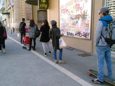 File d'attente devant un magasin à Grenoble lors du confinement. C Muriel Beaudoing - Placegrenet.fr