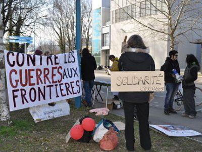 Une centaine de militants se sont rassemblés pour protester contre un colloque sur Frontex, sur le campus universitaire. © Giovanna Crippa- Place Gre'net