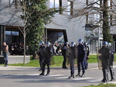 Les manifestants au colloque