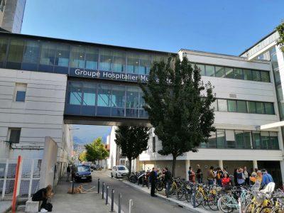 La passerelle du Groupe Hospitalier Mutualiste reliant la clinique d'Alembert et la clinique des Eaux-Claires. © Manuel Pavard - Place Gre'net