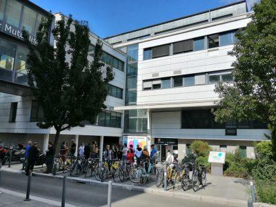 Le parvis de la clinique d'Alembert, l'un des trois sites du Groupe Hospitalier Mutualiste. © Manuel Pavard - Place Gre'net