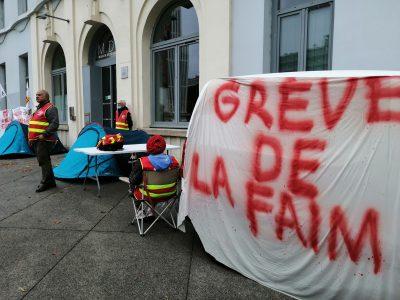 A l'appel de la CGT, des agents du Crous Grenoble Alpes ont débuté une grève de la faim ce lundi 20 septembre 2021, devant la Maison des étudiants, pour dénoncer notamment de