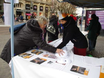 Les réactions des passants ont été très positives et plusieurs centaines ont signé la pétition pour interdire la production de fourrure en France. © Anissa Duport-Levanti