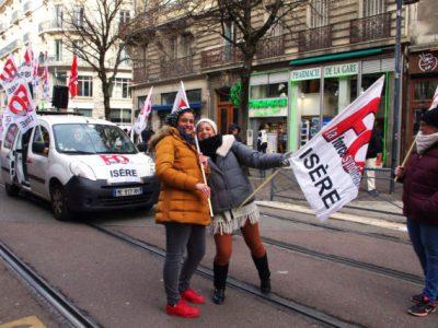 Virginie Velazquez (à gauche) et Corine Pichelin (à droite) font leurs premiers pas à Force Ouvrière et comptent bien rester mobilisées face à la réforme. © Anissa Duport-Levanti - Place Gre'net
