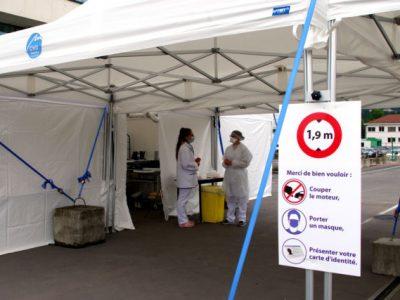 Les personnes munies d'une ordonnances peuvent se faire au CHU dans descendre de leur voiture. © Anissa Duport-Levanti - Place Gre'net