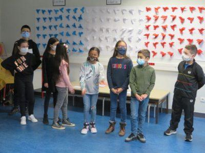 Les élèves de l'école Jean Jaurès dans la salle de laïcité. Les enfants ont récité le poème Liberté de Paul Eluard sous le préau de l'école Jean Jaurès. © Tim Buisson – Place Gre'net