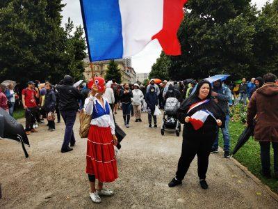 Place de Verdun, les manifestants s'appêtent à déambuler dans Grenoble contre le pass sanitaire et l'obligation vaccinale. © Joël Kermabon - Place Gre'net