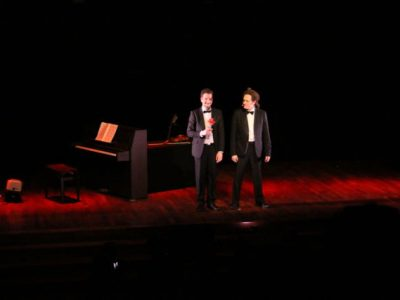 Le duo Hilaretto jouait son spectacle Wok and Woll, mêlant humour, rock et musique classique, le 29 mars à Cognin, dans le cadre du Zygomatic Festival.