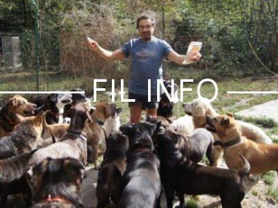 Jean-Pierre Halimi entouré des chiens abandonnés ou maltraités qu'il recueille dans sa maison de Livet-et-Gavet. © Capture d'écran Une nouvelle chance / Jean-Pierre Halimi