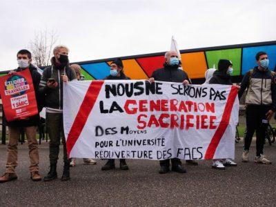Les militants brandissent leur banderole © Simon Marseille - Place Gre'net