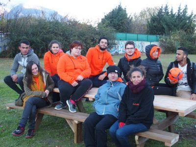 Pour les jeunes services civiques d'Unis-Cité, le chantier participatif a aussi été l'occasion de faire des rencontres. © Augustin Bordet - placegrenet.fr