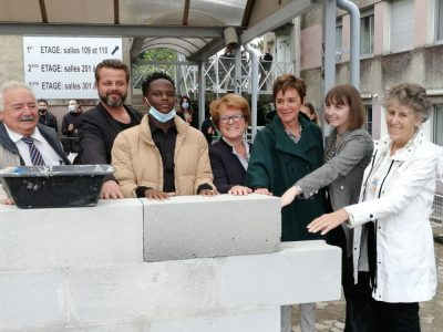 Le lycée professionnel privé des Charmilles a procédé, le 5 octobre 2021, à la pose de la première pierre de son nouveau bâtiment, en présence de nombreux élus. Manuel Pavard - Place Gre'net