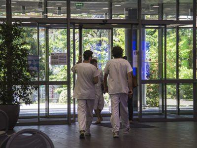 Passe sanitaire à l'hôpital: le CHU Grenoble Alpes rappelle les règles et promet de faire preuve de